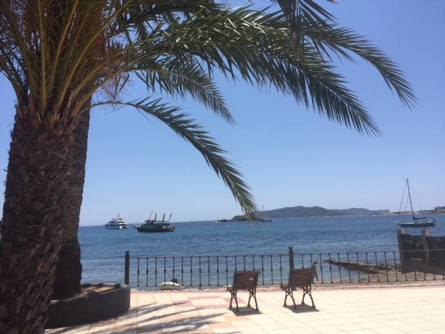 Stranden bij Ibiza stad tijdens de taalreis