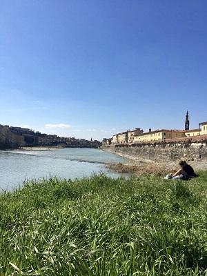 Relaxen bij rivier de Arno in Florence