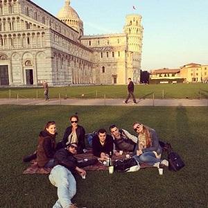 Relaxen bij de toren van Pisa na de taalcursus
